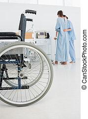 premier plan, patient, docteur, fauteuil roulant, promenade, portion