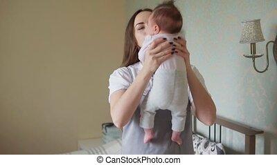 prend, elle, bras, nouveau né, mère, bébé, heureux