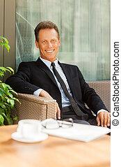 prendre, a, repos, après, business, meeting., gai, homme mûr, dans, formalwear, regarder appareil-photo, et, sourire, quoique, séance, à, les, chaise, dehors, à, tasse à café, sur, premier plan