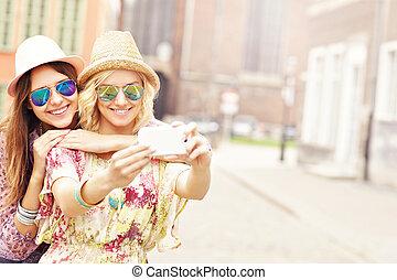 prendre, deux, amis fille, selfie, heureux