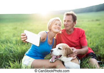 prendre, ensoleillé, chien, selfie., reposer, personne agee, nature., coureurs