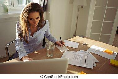 prendre, femme affaires, notes, jeune, internet