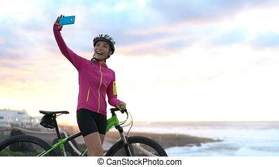 prendre, femme, cycliste, montagne, mtb, faire vélo, cyclisme, téléphone, selfie