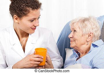 Prendre, femme, infirmière, Personnes Agées, soin