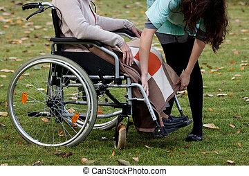 prendre, femme, personnes âgées soucient