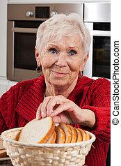 prendre, femme, personnes agées, pain