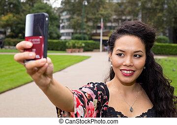 prendre, femme, selfie, jeune, park.
