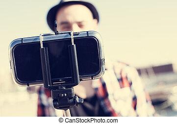 prendre, homme, selfie, jeune, monopod
