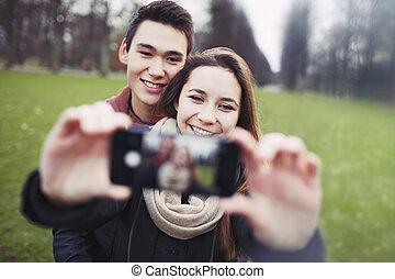 prendre, jeune, soi, regarder, portrait, couple, heureux