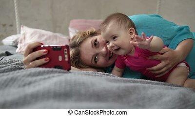 prendre, lit, téléphone, mère, bébé, selfie