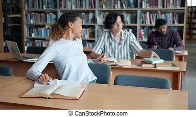 prendre, livre, africaine, américain, lecture, bibliothèque, mâle, étudier, étudiant