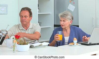 prendre, mignon, couple, petit déjeuner, mûrir