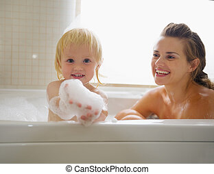 prendre, mousse, bain, quoique, mère, bébé, jouer