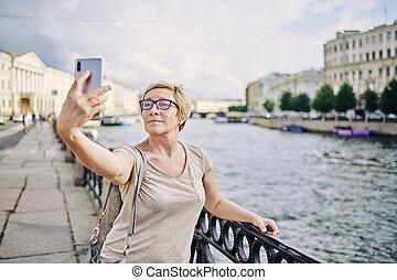 prendre, personne agee, selfie, femme, remblai