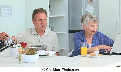prendre, petit déjeuner, couple, mûrir