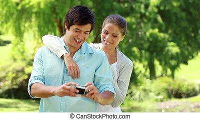 prendre photo, couple, eux-mêmes, heureux