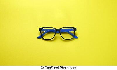 prendre, recherche, arrière-plan., humain, jaune, trouver, oeil, mains, frame., plastique, lunettes, bleu