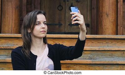 prendre, selfie, jeune, femme, sourire