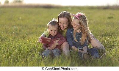 prendre, selfie, smartphone, sourire, famille