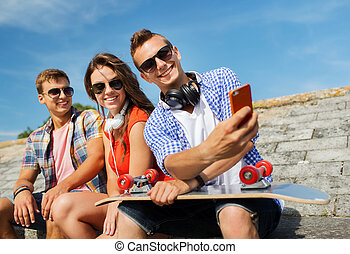 prendre, smartphone, amis, selfie, heureux