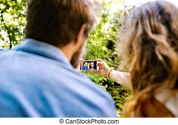 prendre, smartphone, couple, jeune, selfie.