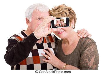prendre, soi, téléphone, portrait, couples aînés, intelligent
