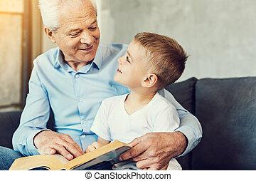 preoccupare, suo, nipote, nonno, libro, lettura