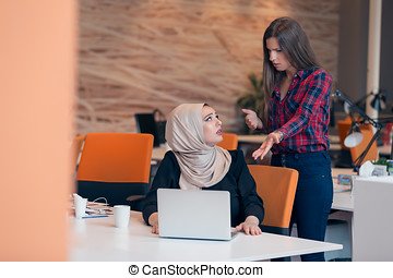 preocupado, árabe, executiva, desgastar, hijab, recebendo, um, notificação