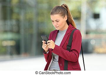preocupado, jovem, executiva, usando, um, telefone