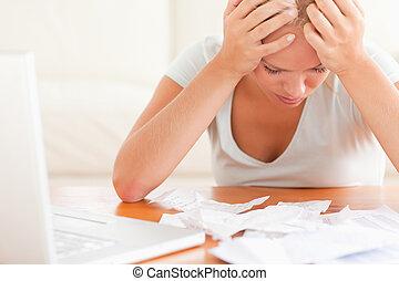 preocupado, loura, mulher, contabilidade
