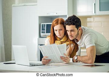 preocupado, par, pagar, seu, contas, online, com, laptop, casa, em, sala de estar