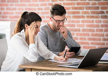 preocupado, pareja, calculador, cuentas, en casa