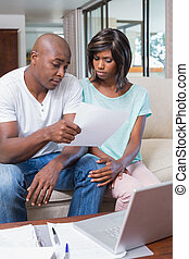 preocupado, pareja, calculador, cuentas, sofá