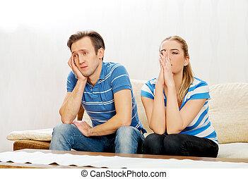 preocupado, pareja, después, pelea, se sentar sobre sofá