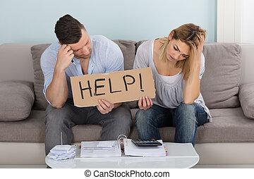 preocupado, pareja, tenencia, signo ayuda, mientras, calculador, cuentas