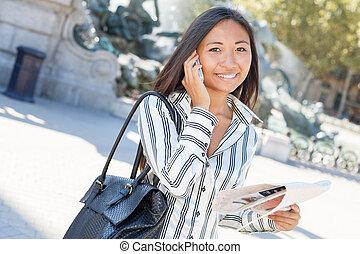 presa a terra, giovane, turista, telefono, città, giro, mappa, asiatico