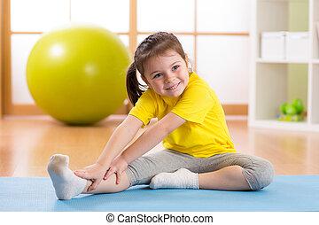preschooler, kind, m�dchen, machen, fitness, übungen