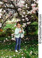 preschooler, m�dchen, spielende , mit, magnolie, blumen