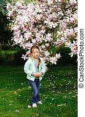 preschooler, magnolie, blumen, m�dchen, spielende