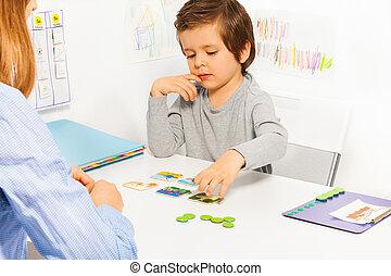 preschooler, niño, y, revelado, juego, con, tarjeta