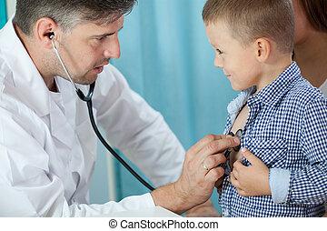 preschooler, pediatra, escuchar, corazón