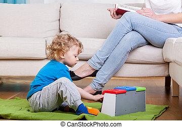 preschooler, tocando, chão