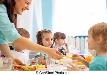 preschoolers kids having lunch