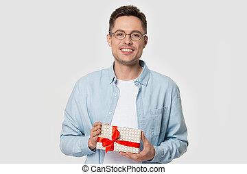 present., eyeglasses, парень, держа, счастливый, улыбается, ...