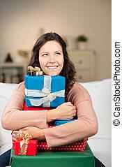 presentes, mulher, afastado, olhar, enquanto, abraçar, natal