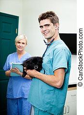 presse-papiers, docteur, femme, chien, clinique, porter, vétérinaire, tenue, portrait, infirmière, mâle