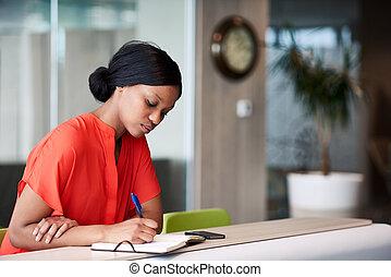 pretas, estudante, fazer anota, em, dela, caderno, sentando, casa