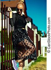 pretas, loura, hipster, engraçado, bonito, jovem, excitado, modelo, verão, mulher sorri, elegante, roupas, rua