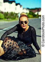 pretas, loura, hipster, engraçado, bonito, jovem, sentando, excitado, modelo, verão, mulher sorri, elegante, roupas, rua