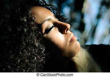 pretas, mulher bonita, com, olhos fechados